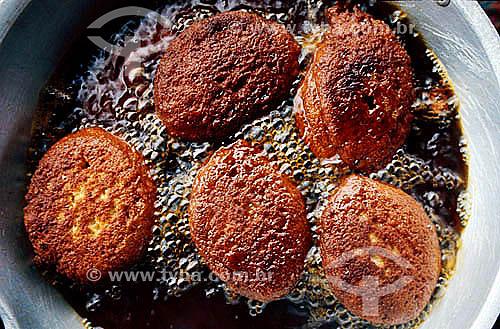 Acarajé na fritura (culinária típica da Bahia)  - Bahia - Brasil