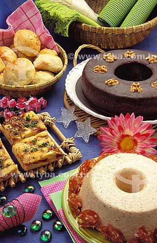 Culinária - pizza, mousse, cesta com pães e bolo de chocolate.