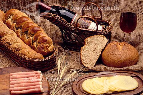 Pão, frios e vinho.