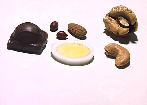 Comida - chocolate, amendoim, ovo e noz.