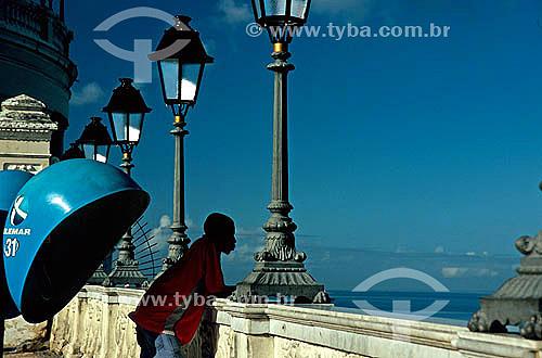 Homem olhando à vista perto de um telefone público (Orelhão) em Salvador - Bahia - Brasil - 2004  - Salvador - Bahia - Brasil