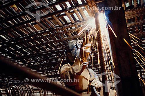 Operário trabalhando com maçarico em obra