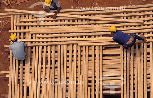 Construção civil - operários trabalhando em obra - Brasil