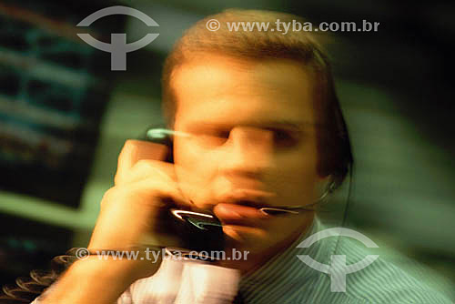 Banco de Investimentos - operador trabalhando - Brasil