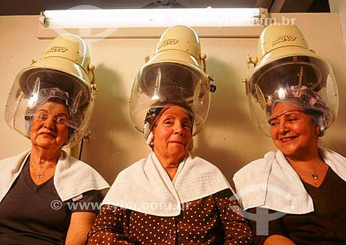 Salão de beteza - três mulheres no secador