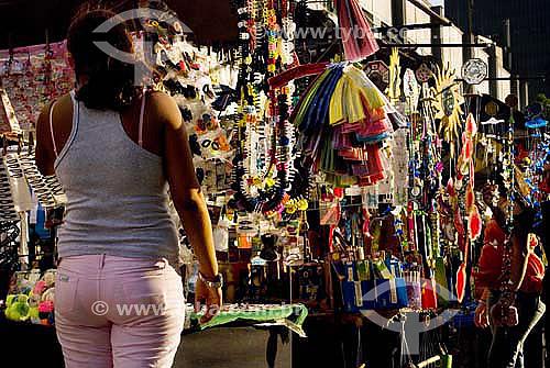 Mulher fazendo compras em camelô na praça da Carioca - Centro - Rio de Janeiro - RJ - Brasil  - Rio de Janeiro - Rio de Janeiro - Brasil
