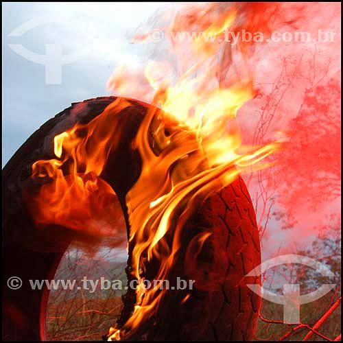 Pneu pegando fogo, em chamas