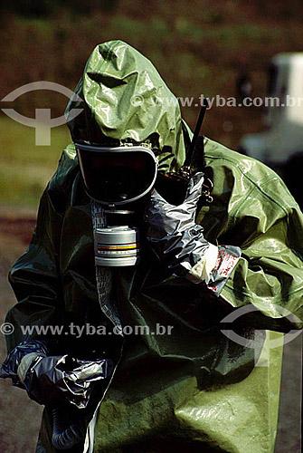 Uniforme de segurança - máscara de proteção contra gás e poluição do ar / Data: 2007