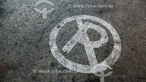 Sinal de proíbido estacionar pintado no chão