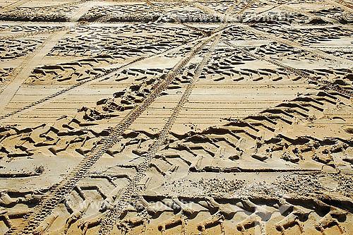 Marcas de pneu na areia
