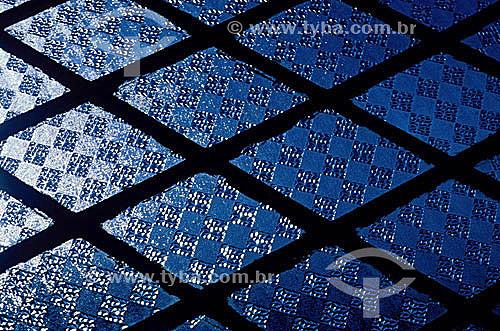 Grafismo - Detalhe de uma janela de vidro e metal