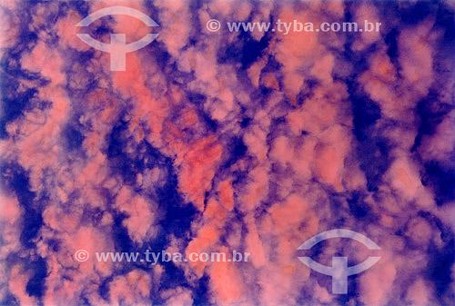Efeito visual: nuvens rosas no céu