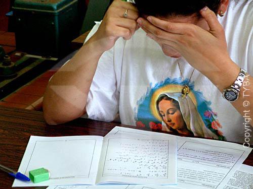 Jovem concentrada na prova durante exame para o vestibular - RJ - Brasil  - Rio de Janeiro - Brasil