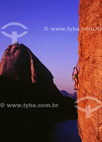 Alpinismo com Pão de Açúcar   ao fundo - Rio de Janeiro - RJ - Brasil  é comum chamarmos de Pão de Açúcar, o conjunto da formação rochosa que inclui o Morro da Urca e o próprio Morro do Pão de Açúcar (o mais alto dos dois). O conjunto rochoso é Patrimônio Histórico Nacional desde 08-08-1973.  - Rio de Janeiro - Rio de Janeiro - Brasil
