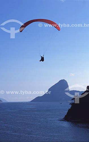 Parapente ao lado da Ilha de Boa Viagem (ao fundo, o Pão de Açúcar) - Niterói - RJ - Brasil  - Niterói - Rio de Janeiro - Brasil
