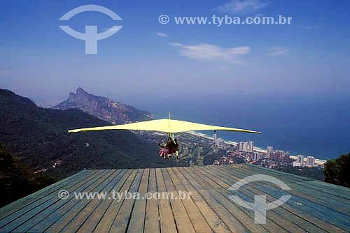 Esporte - Salto duplo de asa-delta na rampa da Pedra Bonita - Parque Nacional da Tijuca  - Rio de Janeiro - Rio de Janeiro - Brasil