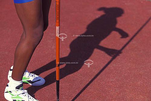 Esporte - arremesso de dardo - detalhe das pernas da atleta