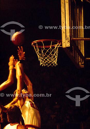 Basquete - jogadores tentando arremessar a bola na cesta