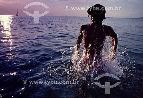 Mergulhador saindo da água
