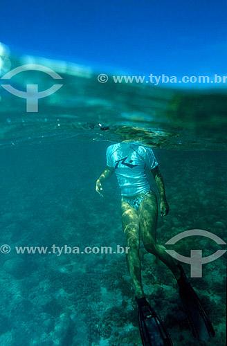 Corpo de mergulhadora dentro do mar - Arquipélago de Abrolhos - Costa das Baleias - litoral sul da Bahia - Brasil  O Parque Nacional Marinho de Abrolhos foi criado em 6 de abril de 1983.  - Caravelas - Bahia - Brasil