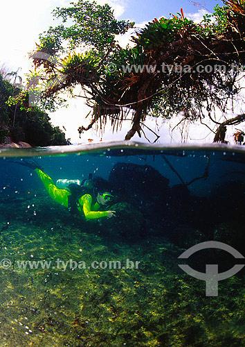 Mergulhadora na Ilha Imboassica, Reserva Ecológica de Tamoios - Baía da Ilha Grande - Angra dos Reis – RJ  / Data: 2003