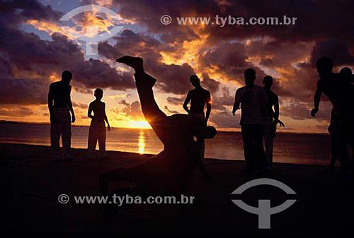 Silhueta de homens e mulheres lutando capoeira - Rio de Janeiro city - Rio de Janeiro state - Brazil  - Rio de Janeiro - Rio de Janeiro - Brasil