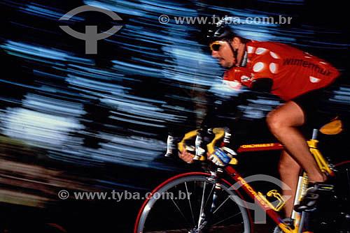 Esporte - Ciclismo -  Ciclista, Alan Nogueira Costa (released # 28), descendo as Paineiras  - Rio de Janeiro - RJ - Brasil  - Rio de Janeiro - Rio de Janeiro - Brasil