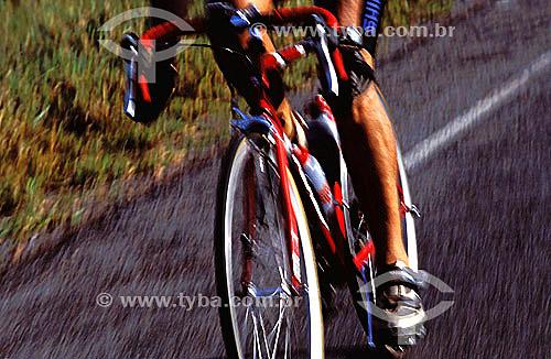 Esporte - ciclismo - detalhe do ciclista e da bicicleta