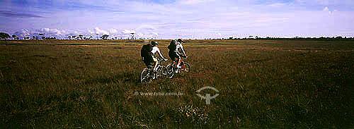 Ciclismo - dois homens em bicicletas - Chapada dos Veadeiros - GO  - Goiás - Brasil