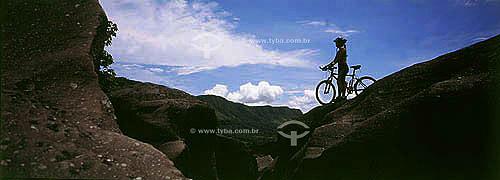 Ciclismo - Homem de bicicleta na pedra no Vale da Lua - Chapada dos Veadeiros - GO  - Goiás - Brasil