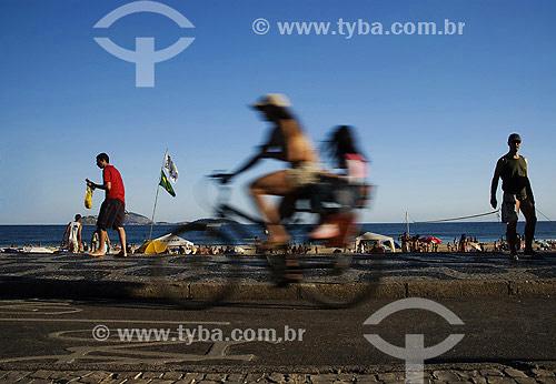 Ciclista na ciclovia - Mãe com filha na garupa - Lazer na praia de Ipanema - Rio de Janeiro - RJ - Brasil  - Rio de Janeiro - Rio de Janeiro - Brasil