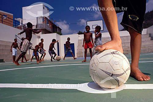 Garotos jogando bola em uma quadra de esportes na Favela do Vidigal - Rio de Janeiro - RJ - Brasil  - Rio de Janeiro - Rio de Janeiro - Brasil