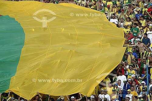 Bandeira e torcida brasileira no estádio Mané Garrincha - Eliminatórias da Copa do Mundo 2006; Brasil x Chile, - Distrito Federal - Brasil - 04/09/2005;   - Distrito Federal - Brasil