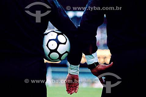 Detalhe dos braços de juízes de futebol segurando a bola