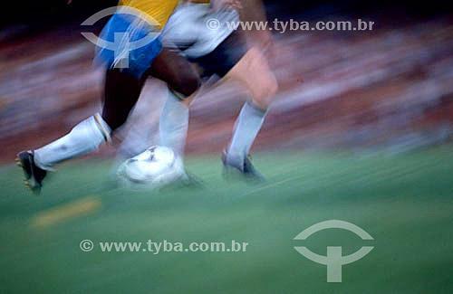 Jogo de futebol - Seleção Brasileira: detalhe das pernas de jogadores chutando a bola