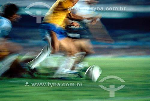 Jogo de futebol - Seleção Brasileira: detalhe dos jogadores chutando a bola