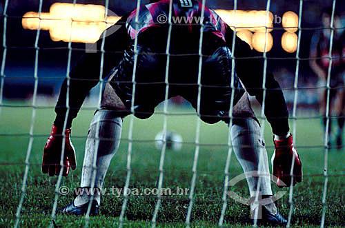 Jogo de futebol - goleiro preparado para apanhar a bola