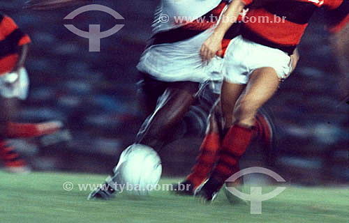 Jogo de futebol: Flamengo x Vasco - detalhe dos jogadores chutando a bola