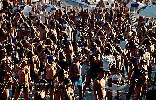 Pessoas fazendo ginástica na Praia do Forte - Cabo Frio - RJ - Brasil / Data: 01/2000