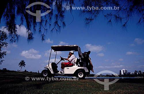 Carro em campo de Golf