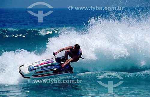 Esporte - homem em Jet Ski