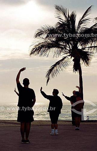 Silhueta de homens fazendo Tai Chi Chuan na Praia do  Arpoador - Rio de Janeiro - RJ - Brasil  - Rio de Janeiro - Rio de Janeiro - Brasil