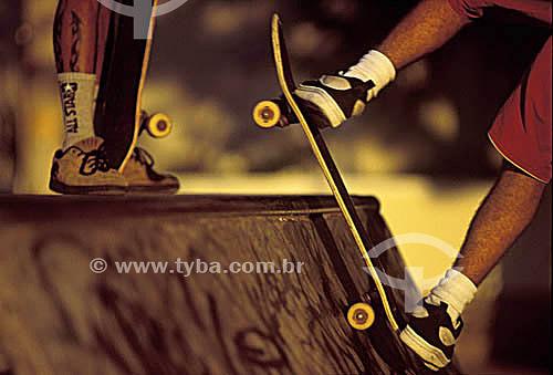Esporte - Skate - detalhe dos pés do rapaz em cima do skate - Rio de Janeiro - RJ - Brasil  - Rio de Janeiro - Rio de Janeiro - Brasil