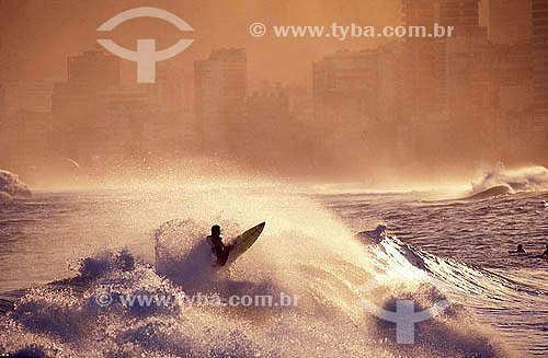 Surf - Surfista manobrando em uma onda na Praia de Ipanema - Zona Sul do Rio de Janeiro - RJ - Brasil  - Rio de Janeiro - Rio de Janeiro - Brasil