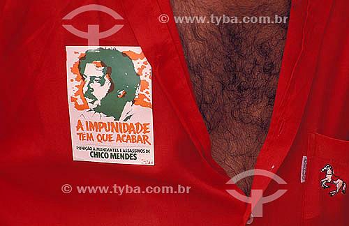 Homem usando adesivo exigindo punição aos assassinos de Chico Mendes - Xapuri - Acre - Brasil  - Xapuri - Acre - Brasil