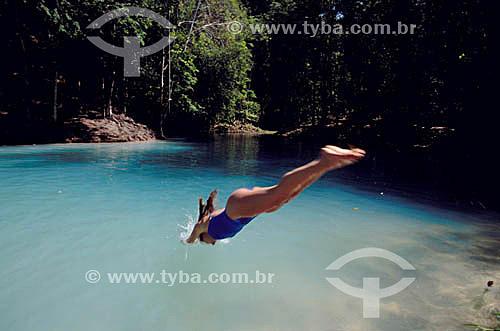 Mulher mergulhando no Poço Azul - Maceió - AL - Brasil  - Maceió - Alagoas - Brasil