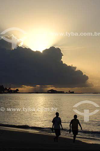 Duas pessoas caminhando ao amanhecer na Praia de Pajuçara - Maceió - Alagoas - Brasil - Março 2006  - Maceió - Alagoas - Brasil