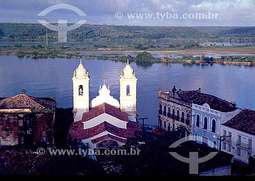 Vista aérea da cidade de Penedo , mostrando o Rio São Francisco com igreja e casarios no primeiro plano - AL - Brasil  O conjunto arquitetônico, paisagístico e urbanístico da cidade de Penedo é Patrimônio Histórico Nacional desde 30-10-1996.  - Penedo - Alagoas - Brasil