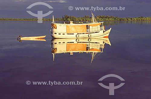 Barco regional espelhado nas águas do Rio Araguari -  AP - abril de 2001.  - Amapá - Brasil