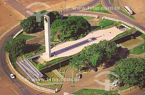 Imagem aérea do monumento Marco Zero do Equador  durante o fenômeno do equinócio, quando o sol está exatamente sobre a linha do equador (notar a sombra projetada sobre a linha) - Macapá - AP - 23 de março de 2000.  - Macapá - Amapá - Brasil